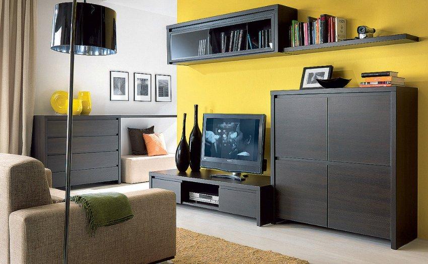 Комод в интерьере гостиной является оптимальным решением для хранения разных предметов
