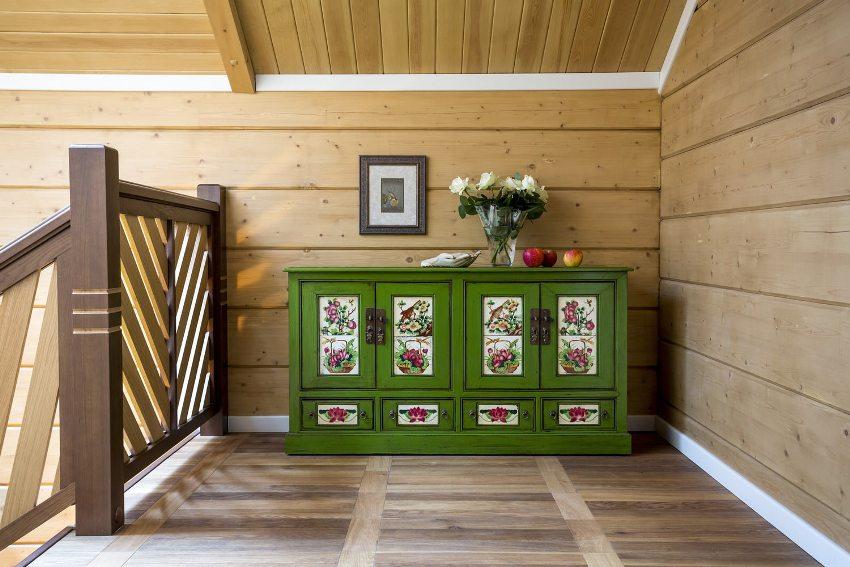 Натуральная древесина, использованная для изготовления комода, обладает высокой экологичностью и долгим сроком службы