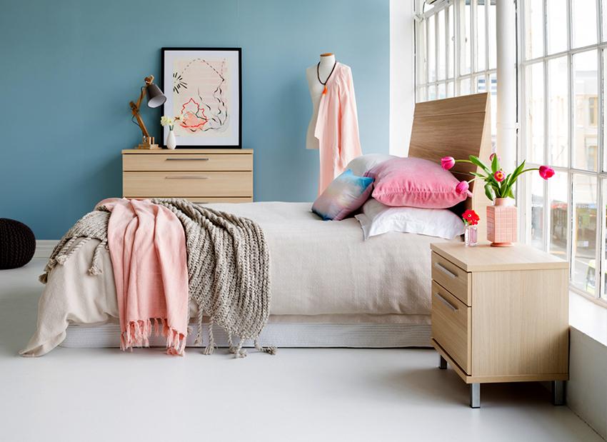 Для маленькой спальни лучше приобретать узкие комоды, для просторной подойдут модели любой ширины