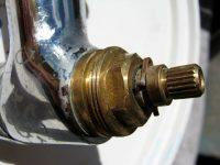 Если произошло прикипание деталей, то можно воспользоваться уксусом или другими кислородосодержащими веществами
