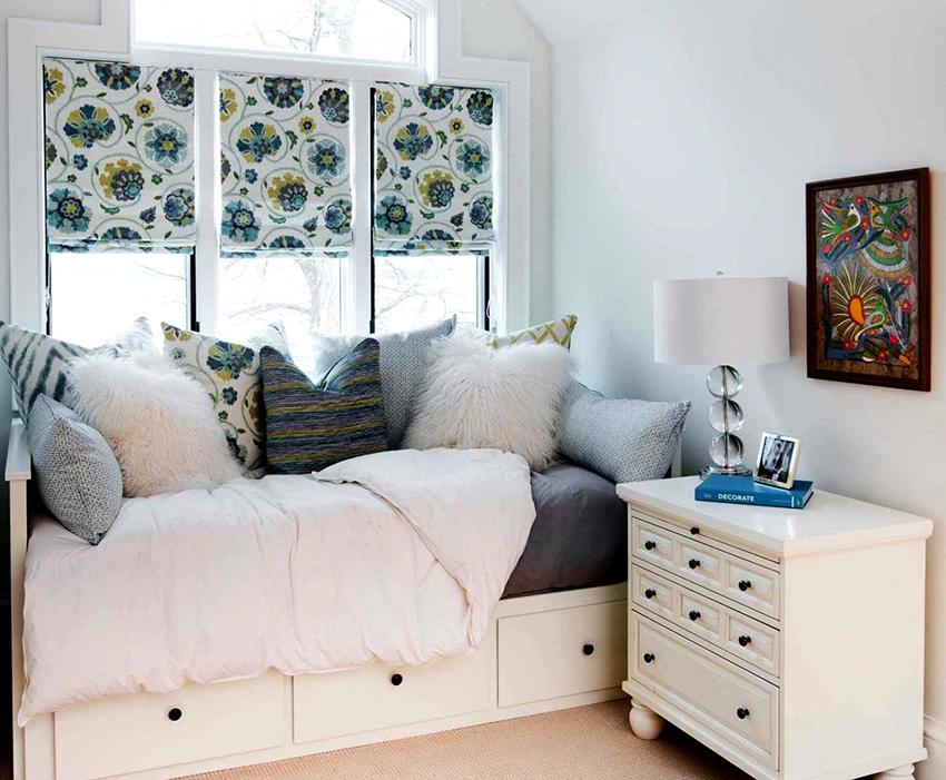 У кровати типа тахта ящики чаще всего расположены с одной стороны