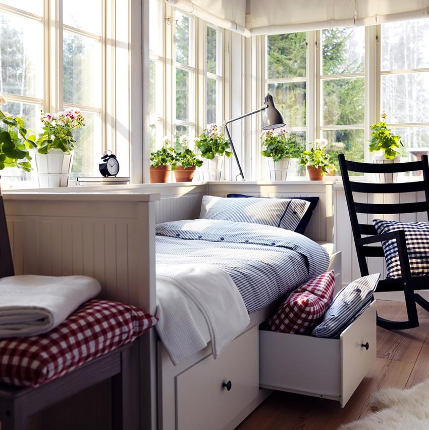 В односпальных кроватях ящики размещаются с одной стороны