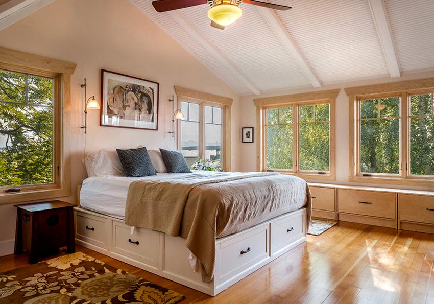 Минимальный размер двуспальной кровати с ящиками составляет 160х200 см