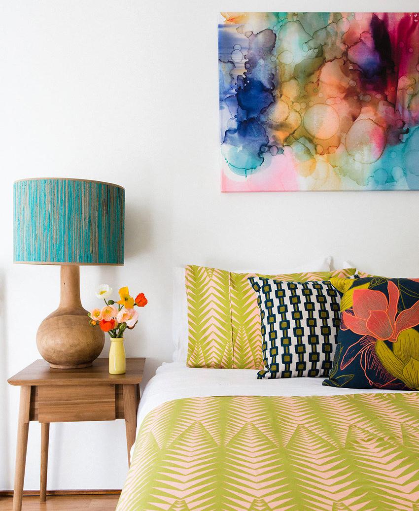 Оттенок абажура должен сочетаться с цветовым оформлением спальни