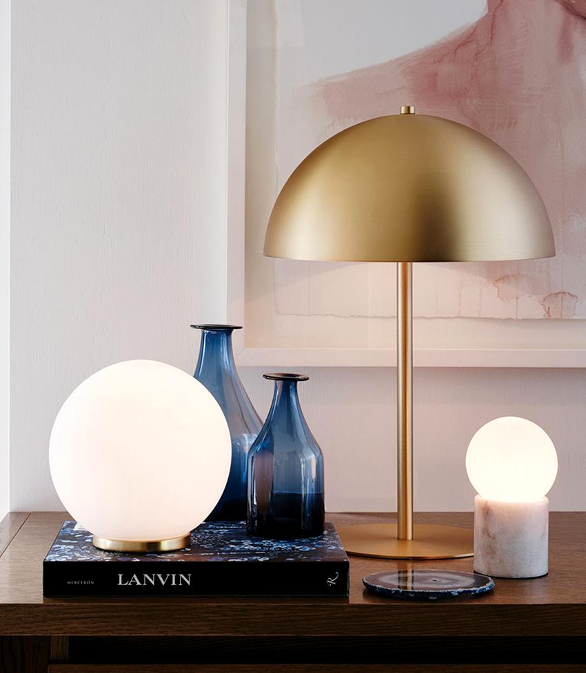 Для настольного светильника в спальню лучше выбирать лампы средней интенсивности