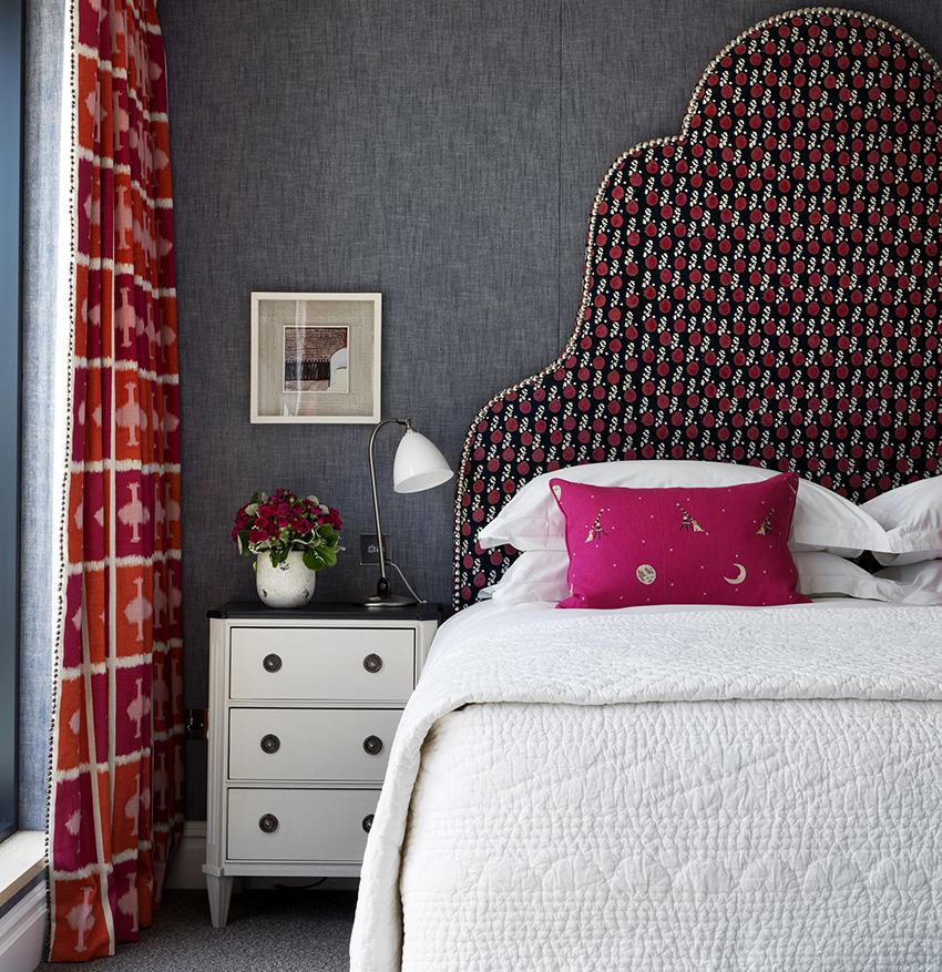 Настольные светильники создают приглушенное освещение, которое является оптимальным для спальни