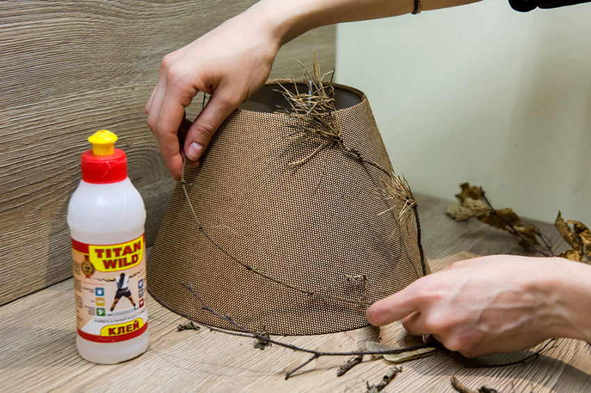 Обновить старый абажур в светильнике можно с помощью подручных материалов