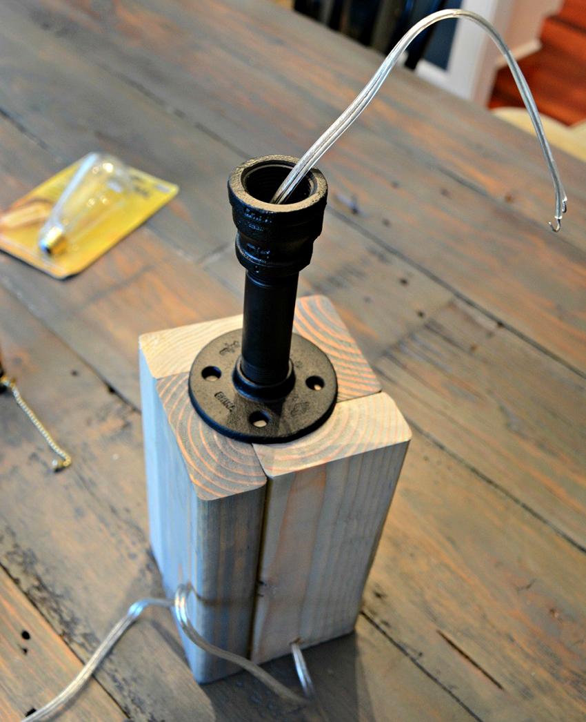 Для самодельных светильников лучше использовать патроны с резьбовыми фланцами