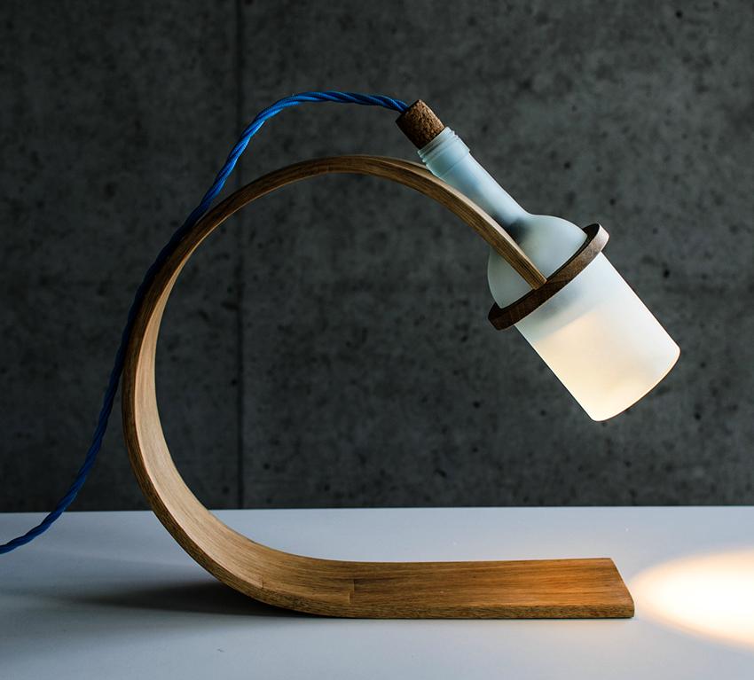 Самодельная лампа с применением бутылки эффектно выглядит и быстро делается