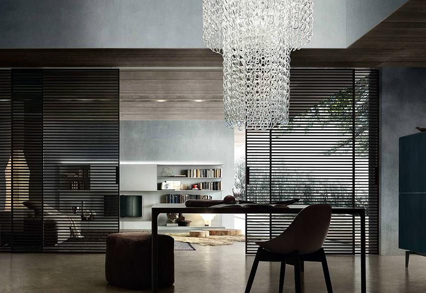 Стеклянные раздвижные перегородки хорошо смотрятся в интерьерах современных стилей