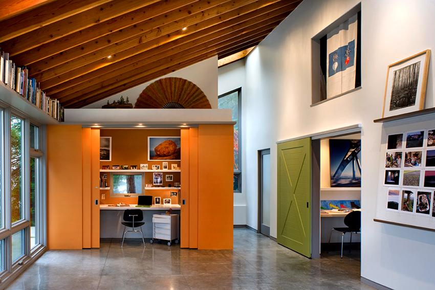 В конструкциях одностворчатых купейных дверей полотно смещается в одну сторону параллельно стене
