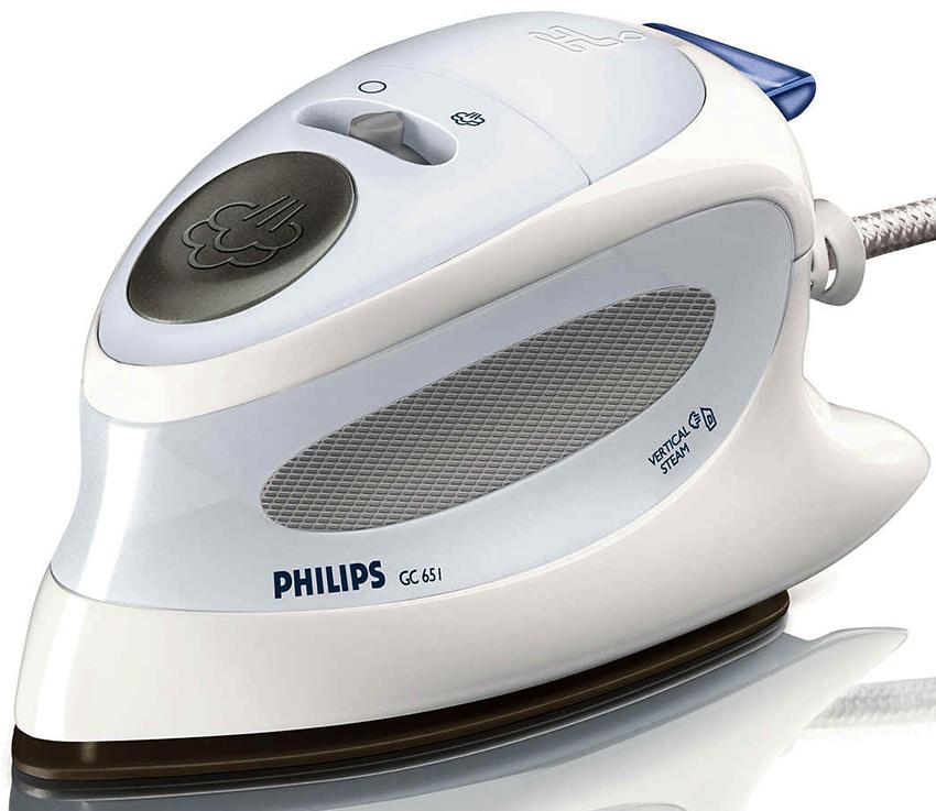 Дорожным утюгом Philips GC 651 можно утюжить вещи в горизонтальном и вертикальном положении