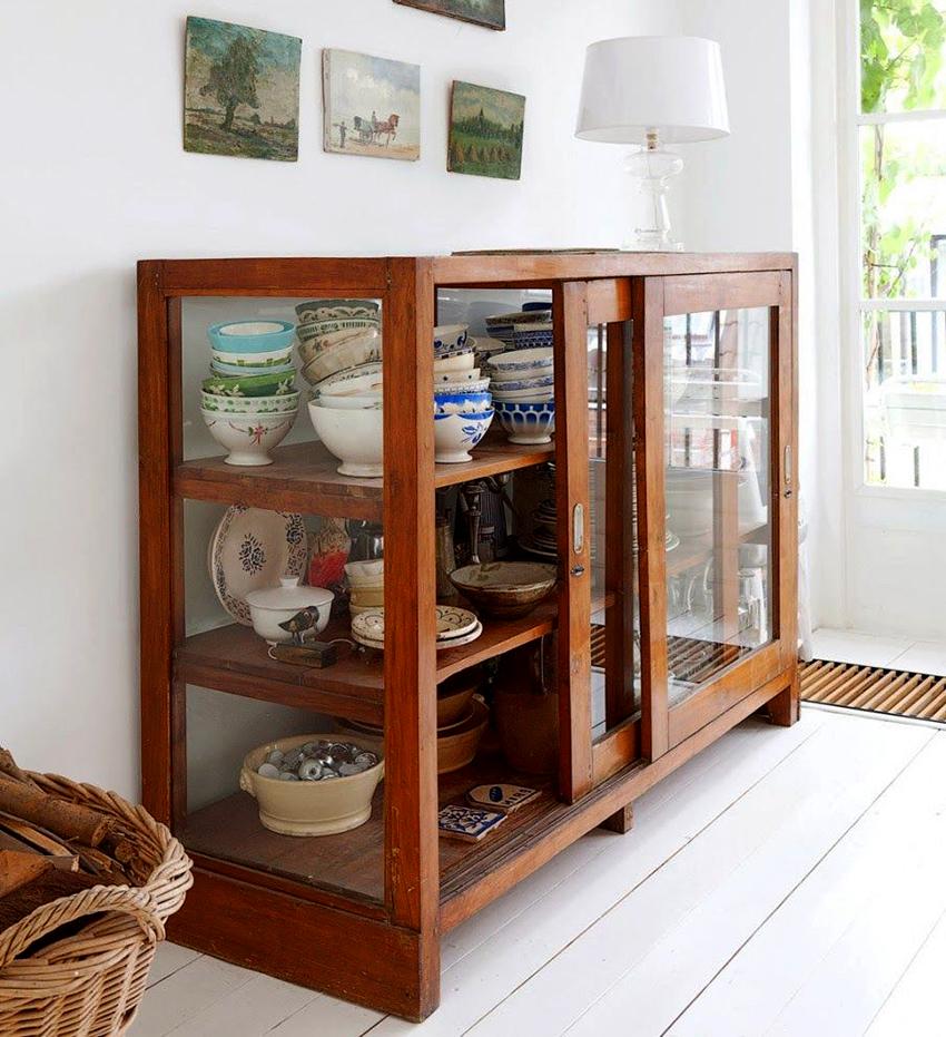В сервантах можно хранить посуду, столовые приборы, салфетки и многое другое
