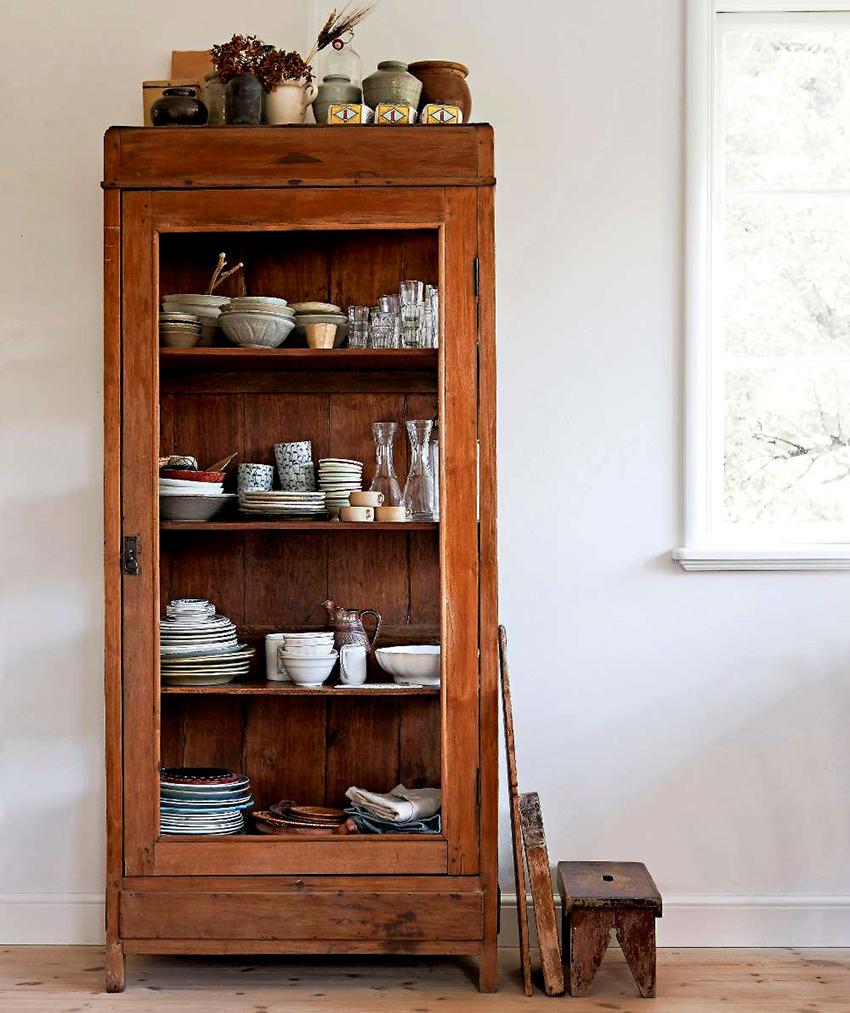 Для стилей прованс или кантри наилучшим решением станет деревянный сервант