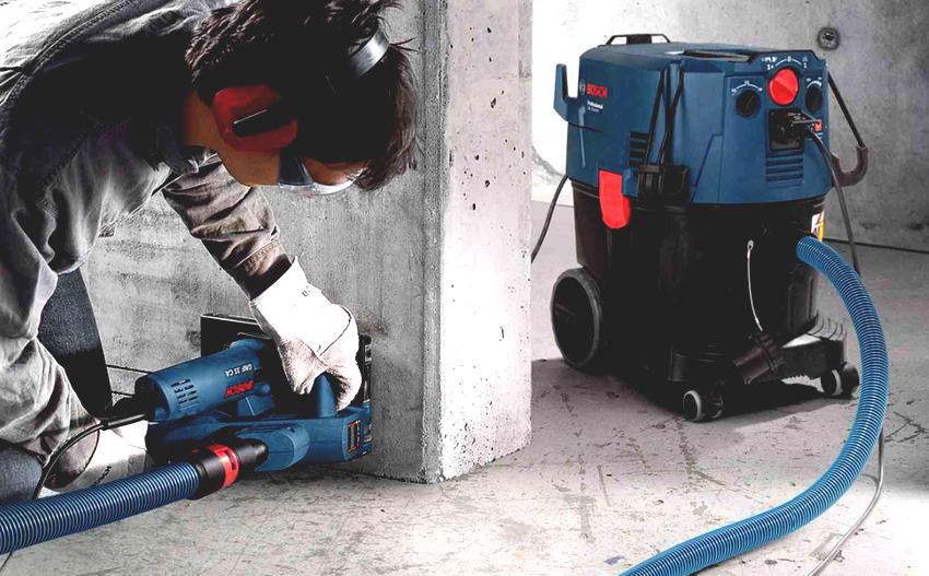 Штробореза Bosch GNF 35 CА имеет вес 4 кг, мощность – 1400 Вт и 9300 об/мин