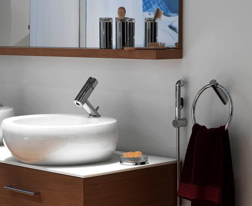 Смеситель с гигиеническим душем для раковины не сложно установить собственноручно