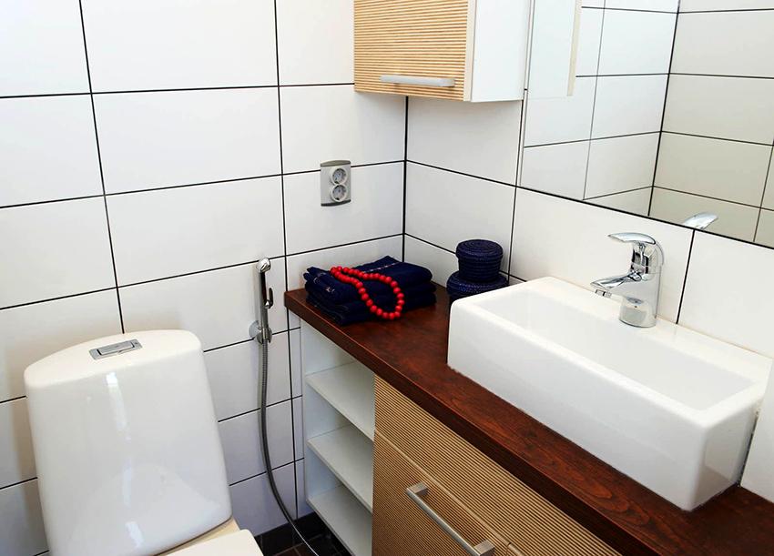 Гигиенический душ со встроенным смесителем выглядит наиболее аккуратно