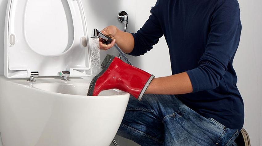При помощи гигиеничного душа можно оперативно промыть сантехнический электроприбор, залить воду в емкость, помыть обувь