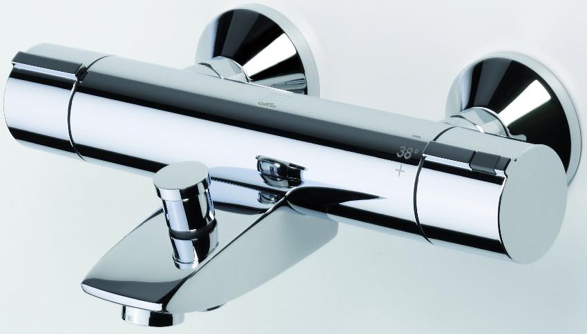В термостатическом смесителе температура воды регулируется с помощью рычажков