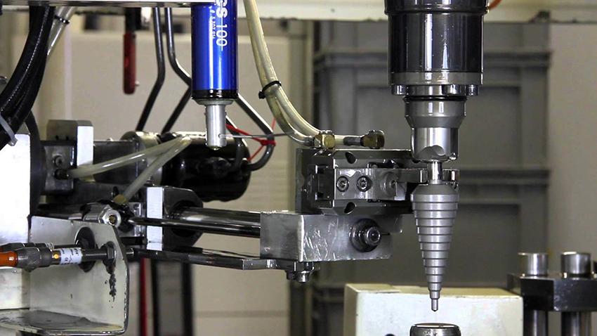 Благодаря своей конструкции ступенчатые сверла подходят для работы с медными, стальными и алюминиевыми листами
