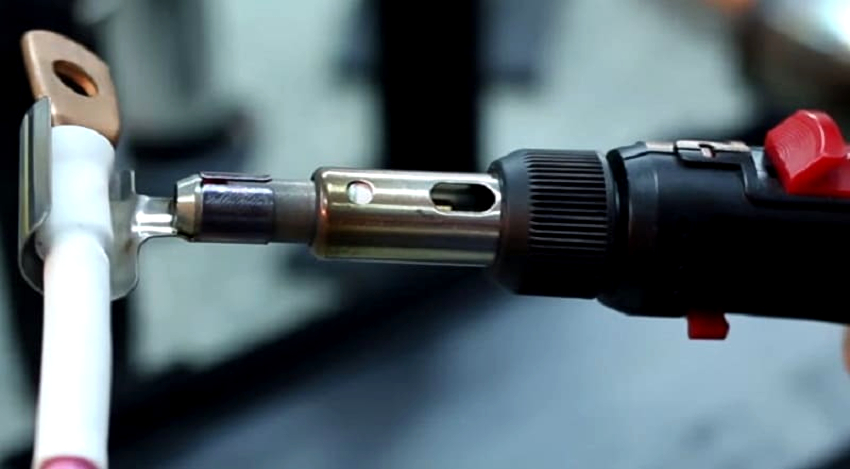 Кроме строительного фена для термоусадок, можно использовать газовый паяльник, пропановую горелку и даже зажигалку