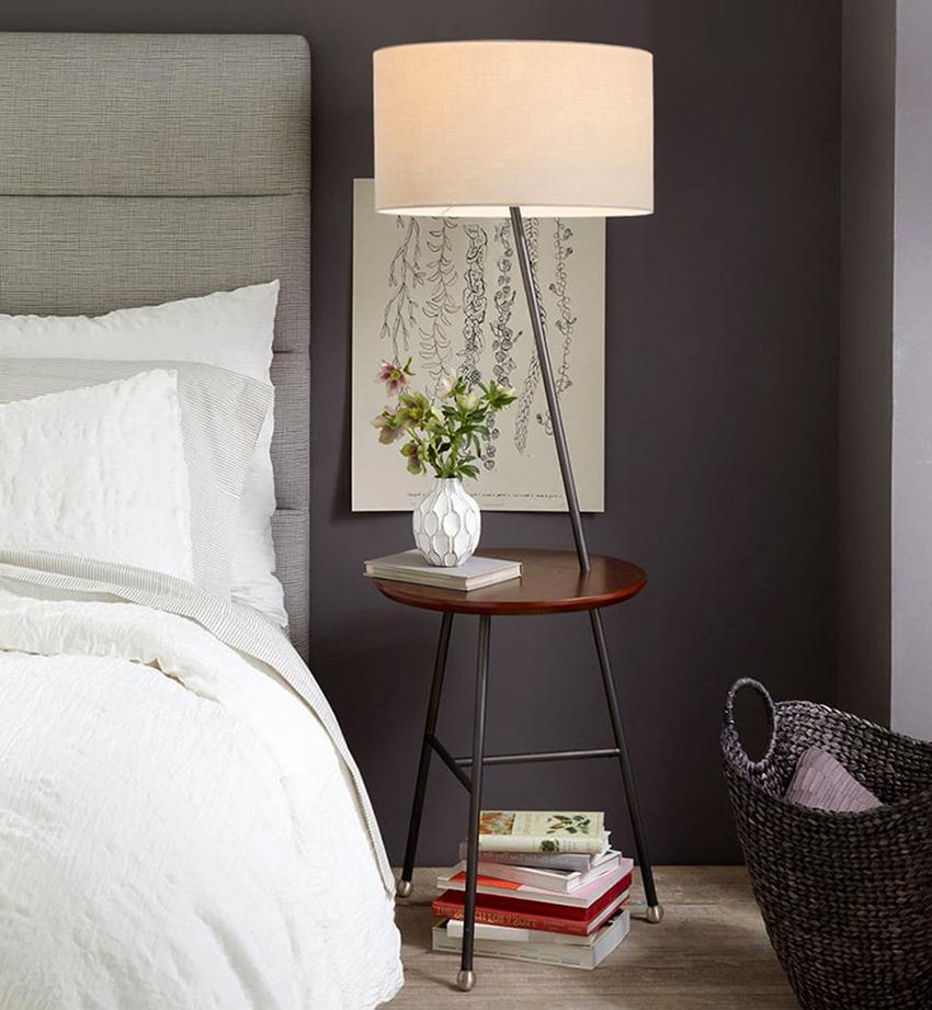 Торшер со столиком легко заменит прикроватную тумбу и светильник