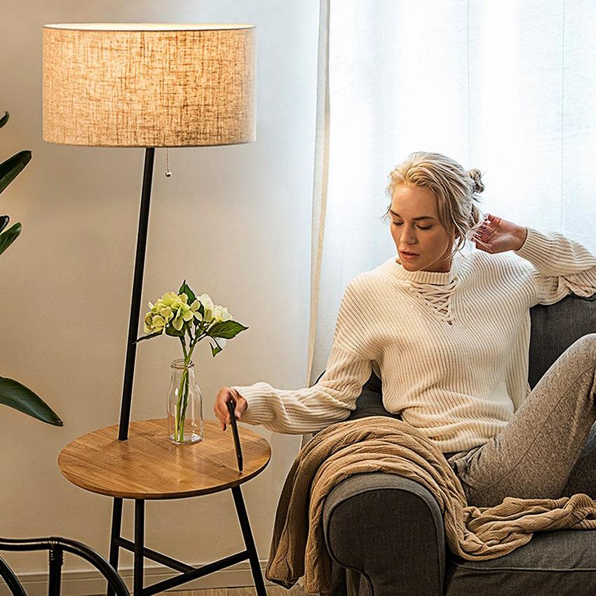 Торшер со столиком рядом с диваном или креслом – самый популярный вариант размещения