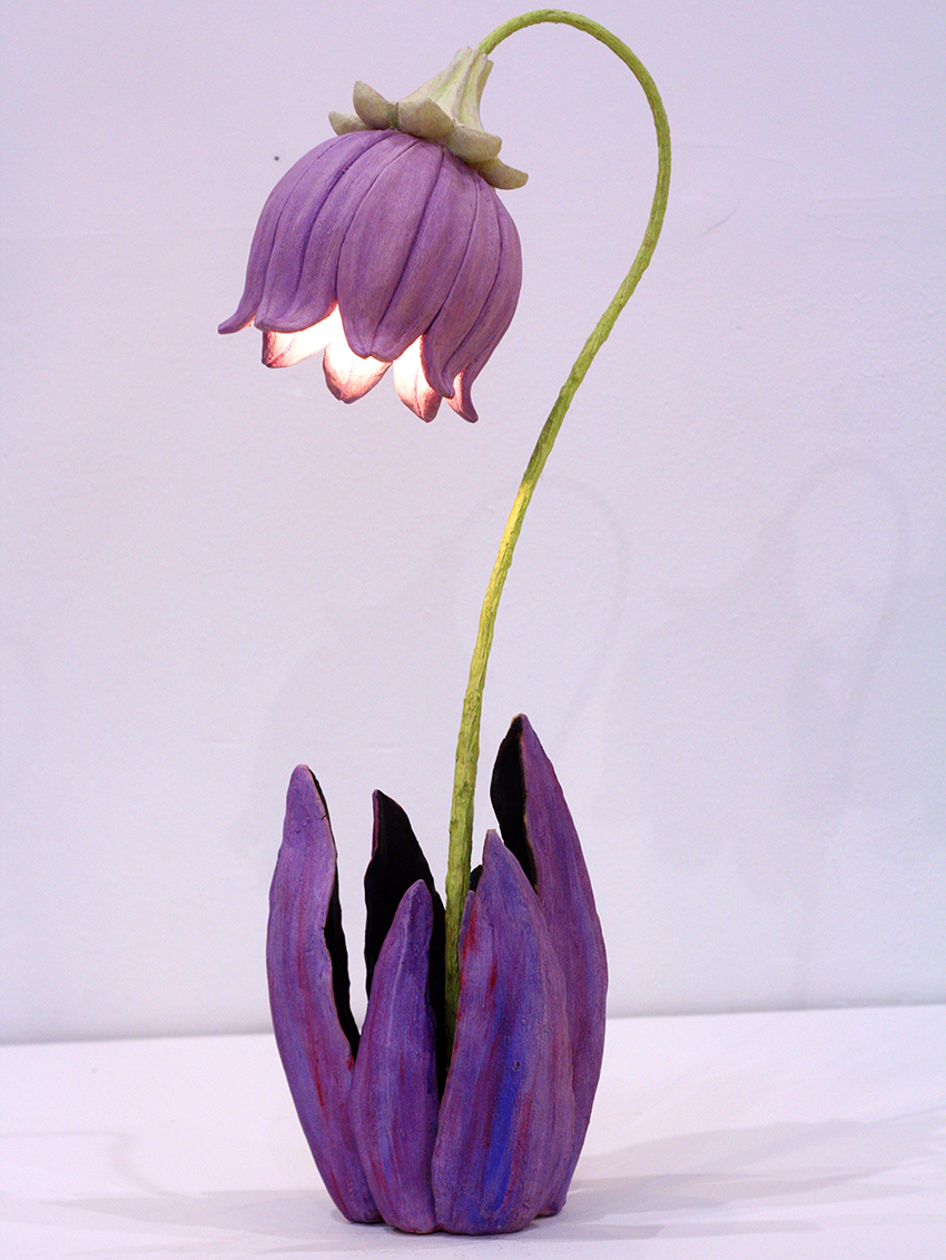 Торшер в виде цветка сделанный из изолона станет украшением комнаты