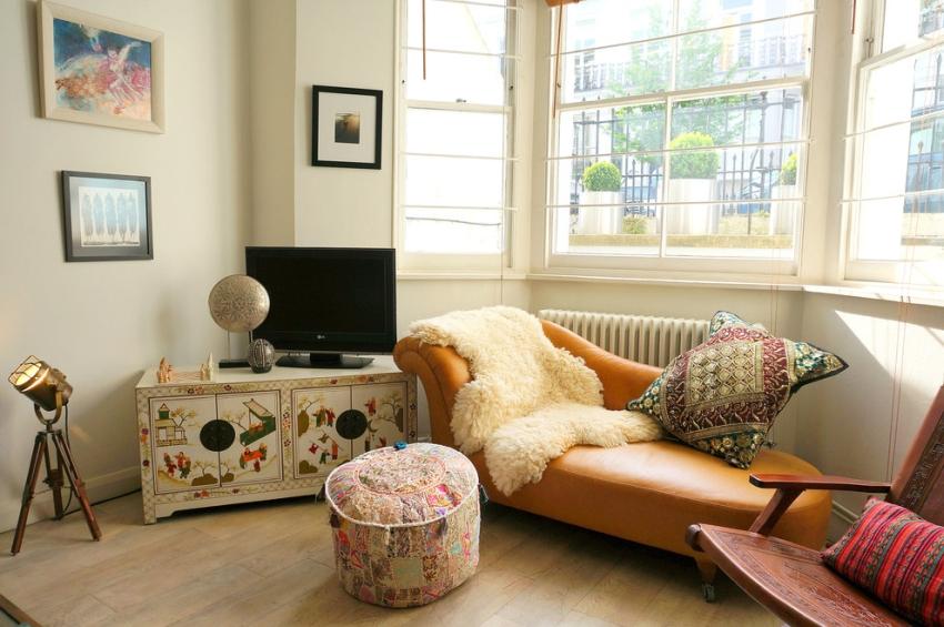Тумбы под телевизор выполняются в разных стилях, в любом цвете и из разных материалов: стекло, металл, натуральное дерево, ДСП, МДФ