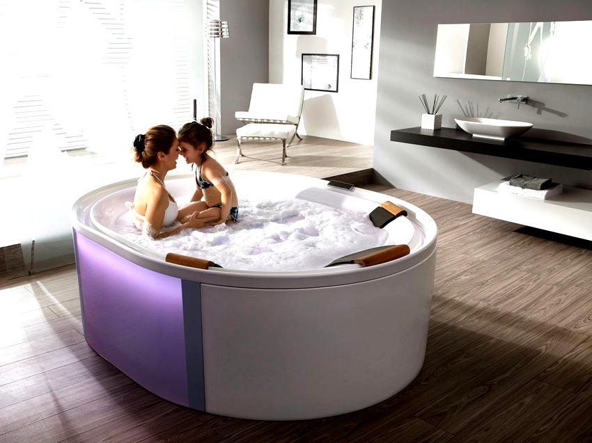 Большие круглые или овальные ванны хорошо будут смотреться посередине комнаты