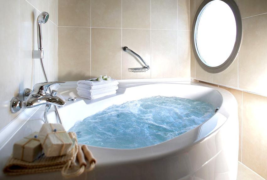 На качество работы ванны с гидромассажем влияет количество и расположение форсунок, мощность насоса, система управления