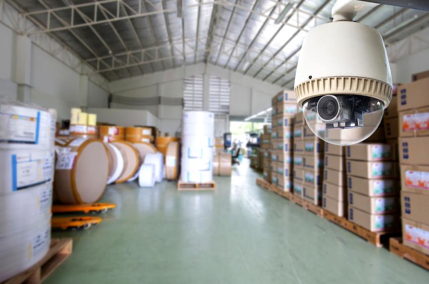 Видеокамеры для внутреннего наблюдения имеют меньшие габариты и изготавливаются в пластиковом корпусе