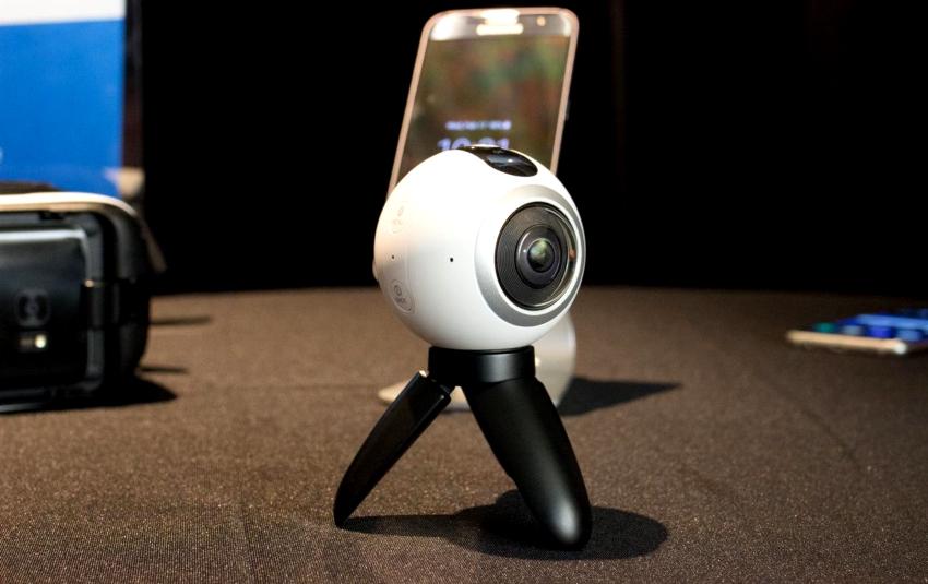 Панорамные видеокамеры состоят из 2-4 широкоугольных устройств, изображения из которых накладываются друг на друга и образуют круговую панораму