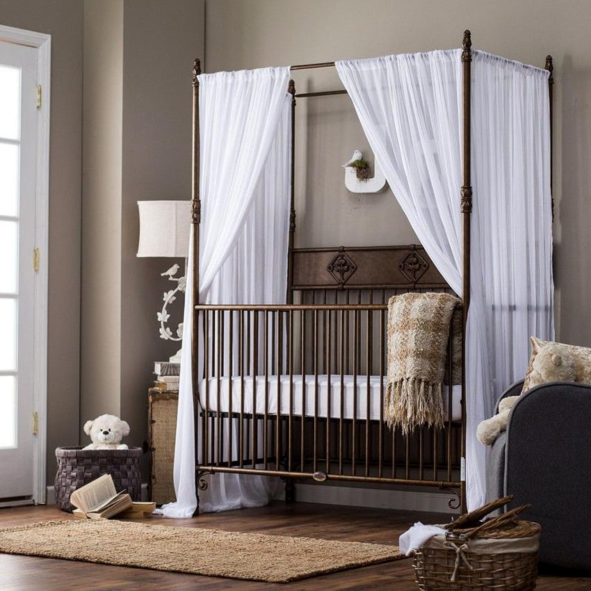 При каркасном варианте кровати балдахин можно набросить сверху или навесить на перекладины