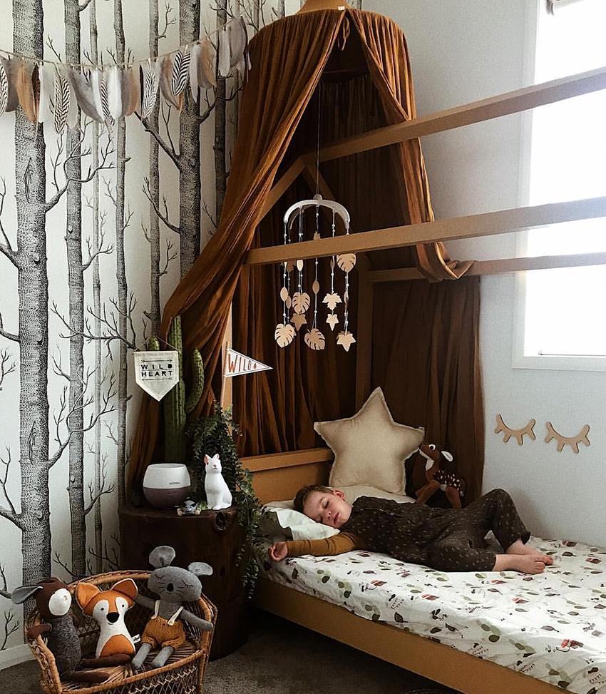 Для балдахинов в комнату мальчика подойдут коричневые, синие и зеленые оттенки