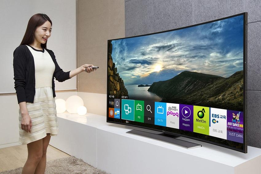 Умные телевизоры могут работать в интернете, объединять все медиа устройства, позволяют играть в игры, устанавливать дополнительные приложения