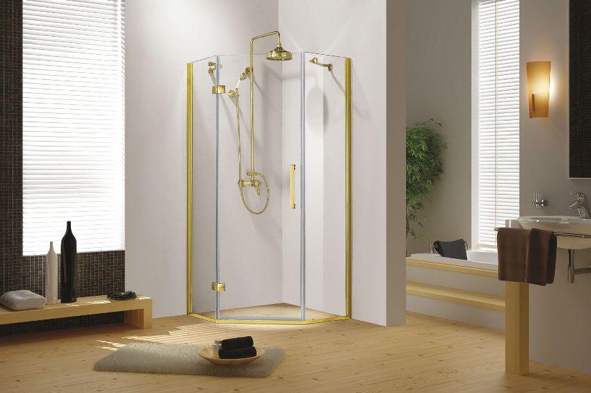 Душевой смеситель с тропическим душем желательно подбирать под общее стилевое направление ванной комнаты