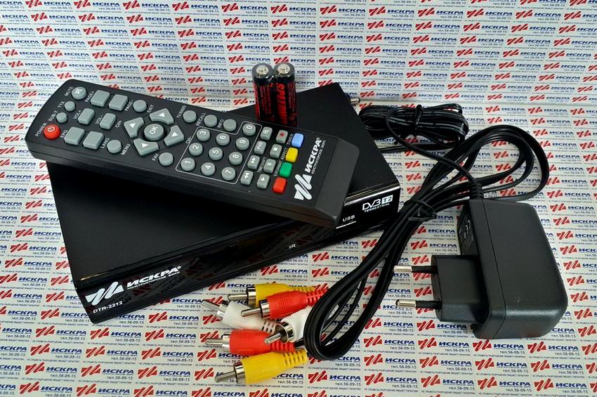 Комплектация цифровой приставки DVB-T2 включает в себя: само устройство, блок питания, кабели RCA и AV, а также пульт ДУ