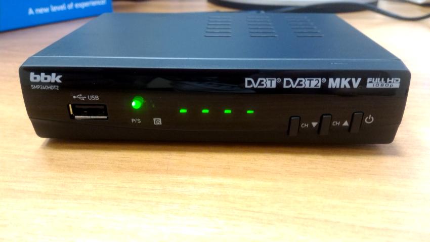 Приставка BBK SMP123HDT2 обладает функцией записи эфира, отлично принимает сигнал, оснащена дисплеем и имеет компактные габариты