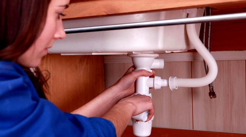 Гидрозатвор для раковины или мойки оснащается системой перелива - дополнительной трубой, благодаря которой исключается вероятность подтопления квартиры