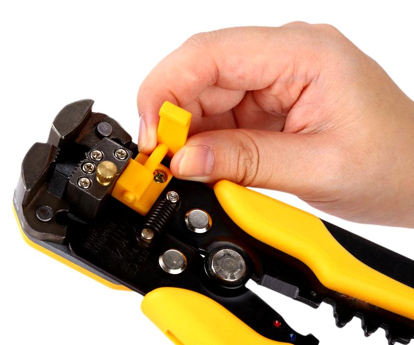 Для разрыва изоляционного слоя на проводе применяются клещи или кусачки