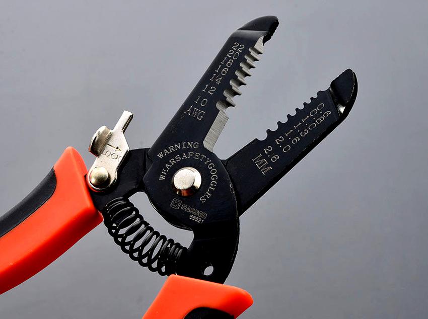 Самым популярным инструментом для зачистки проводов является механический стриппер
