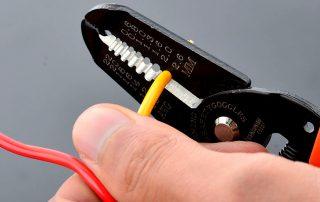 Инструмент для снятия изоляции с проводов: многообразие приспособлений