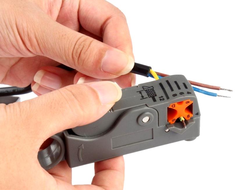 Выбирая инструмент для снятия изоляции необходимо знать для какого сечения провода будет использоваться устройство