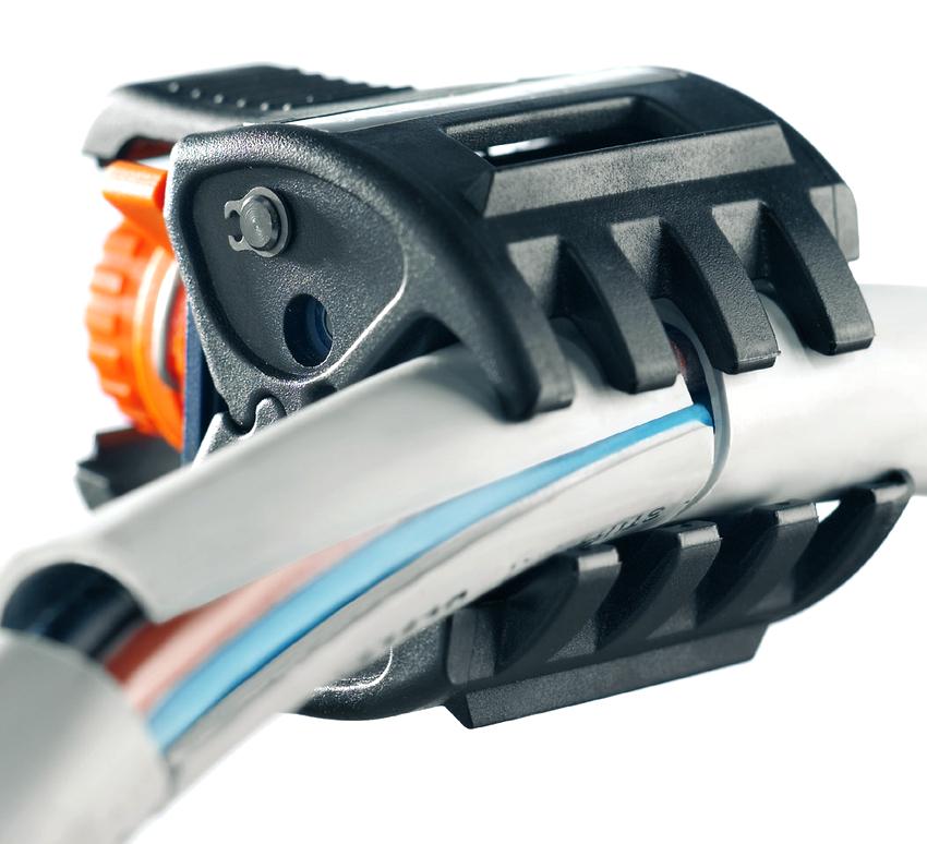 В зависимости от диаметра зачищаемого провода, инструмент для снятия изоляции может быть универсальным или узкого назначения