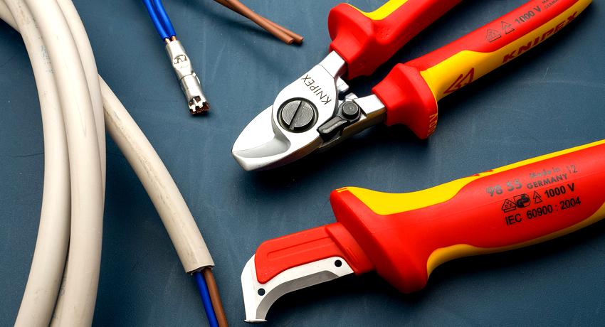 Щипцы, клещи, стрипперы и съемники являются профессиональными приспособлениями для работы с электропроводкой