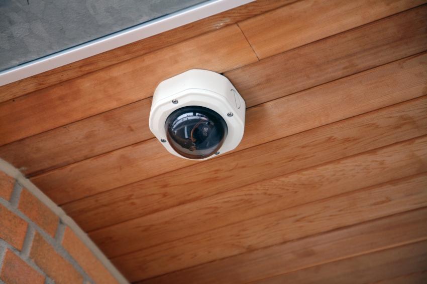 Камеру можно расположить на датчиках движения или дымовых извещателях на потолке