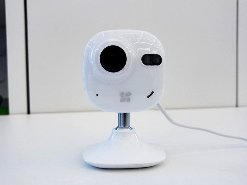 Внутренняя камера EZVІZ С2mini оснащена функцией «День-ночь» и картой памяти на 128 Гб