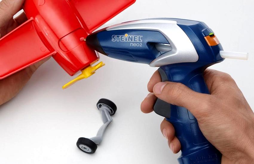С помощью клеевого пистолета очень легко выполнять склеивание самых разных материалов