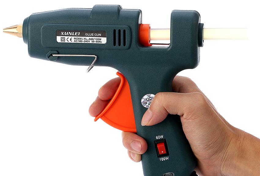 С помощью клеевого пистолета можно загерметизировать щели и стыки, заполнить пустоты, пропитать поверхность